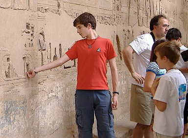 Medinet-Habu-tacky-tourist