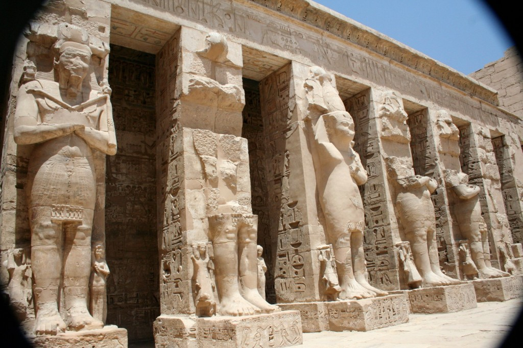 Anthrocolossi-Medinet-Habu-general-Egypt